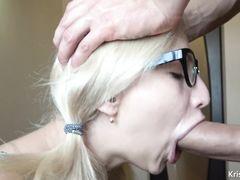 Парень кончил в рот блондинке в очках после домашнего отсоса