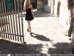 Французская фетишистка разделась на улице перед камерой