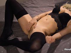Красивый домашний секс с русской девушкой в чулочках