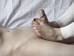 Милая русская фут фетишистка подрочила парню ступнями ног