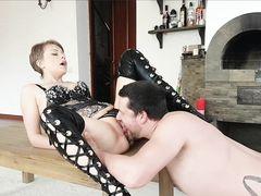 Жаркая русская девушка с сексуальном белье трахается раком с парнем