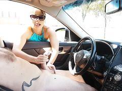 Хорошенькая одетая девушка дрочит в машине член голого мужика