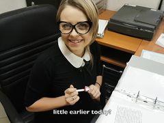 Очкастая русская секретарша отсосала в офисе у своего босса