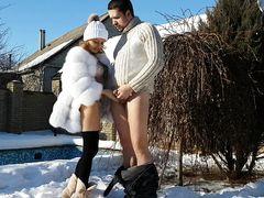 Домашний секс зимой на морозе закончился кремпаем в пизду девки