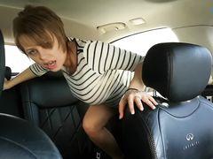 Короткостриженная русская телка дрочит в машине свою киску