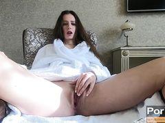 Девушка в махровом халате мастурбирует сама себе