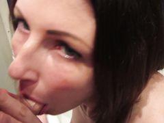 Милая русская девочка отсосала в ванной член бойфренда