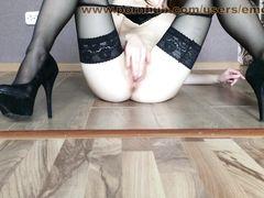 Длинноногая девушка в чулках занялась домашней мастурбацией на полу