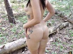 Перевозбужденная хохлушка кончила сквиртом во время мастурбации в лесу