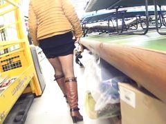 Милая украинка демонстрирует пизду под юбкой в магазине Икеа