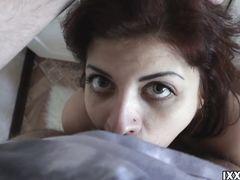 Темноволосая русская девчонка строчит минет от первого лица
