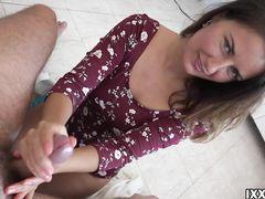 Любопытная русская девушка дрочит руками член своего парня