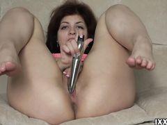 Хорошенькая русская девочка мастурбирует вибратором свою дырочку