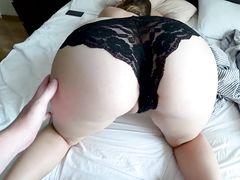 Заманчивая девушка с сексуальных трусиках ебется на кровати