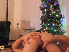 Начинающие звезды порнохаба показывают трах возле рождественской елочки