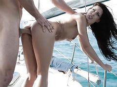 Мажор поставил раком и трахнула на яхте красивую брюнетку