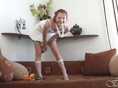 Кокетливая юная девчонка позирует голенькой перед камерой