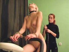 Доминирующая лесбиянка заставляет рабыню крутить педали на тренажере