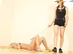 Властная тренерша занимается с голой спортсменкой