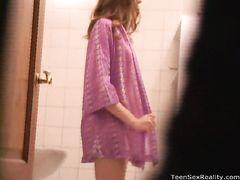 Возбужденный извращенец подсматривает в душе за полуголой девочкой