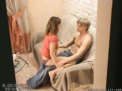 Извращенный паренек с камерой подсмотрел секс русских подростков