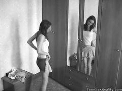 Скрытая камера в спальне русской девочки снимает ее обнажение