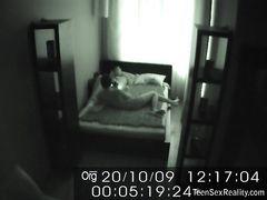 Маленькая скрытая камера в спальне засняла секс русских подростков