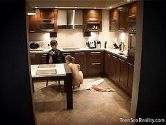 Юный вуайерист подсматривает за подростковым сексом на кухне