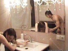 Мокрые русские подростки занимаются домашним сексом в ванной