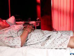 Лысый пациент трахает медсестру мулатку секс игрушкой