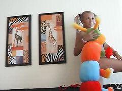 Прикольная русская блондинка 18-ти лет светит прелестями на камеру
