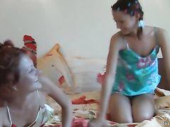 Две худые русские девушки без сисек устроили эротическое шоу