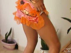 Плоская русская брюнетка показывает обалденное эротическое соло