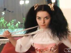 Плоская русская девушка в нейлоновых чулках демонстрирует киску