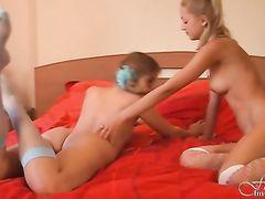 Озорные русские лесбиянки с тонкими талиями балуются в спальне