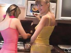 Стройненькие русские лесби собираются заняться сексом на кухне