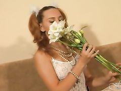 Симпатичная русская девушка в белых чулках разделась догола