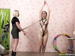 Дисциплинированная рабыня выполняет все приказы русской госпожи со стеком в руках