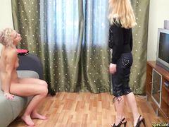 Госпожа тренер заставляет русскую сучку снять стринги и лифчик