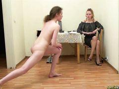 Домашние тренировки стройной спортсменки под присмотром строгой госпожи