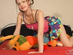 Классная девчонка показывает обнаженку и женскую мастурбацию