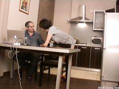 Молодая девчонка на добровольной основе делает отменный домашний минет волосатому отчиму