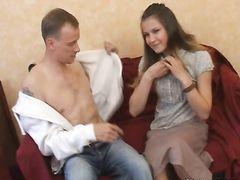 Долговязый самец натянул сочную письку юной сожительницы на длинный стоячий болт