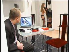 Мужчина в деловом костюме жахает стройную сожительницу в чулках на подвязках
