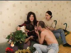 Возле новогодней елочки юноша и его друзья раскурочили пизденку мамке