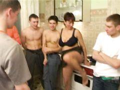 Россиянин вместе со своими друзьями затрахал мамкину пизду до мощного оргазма