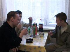 Аморальная мамка в честь дня рождения сыночка соглашается на домашнюю оргию с ним и с его кентами