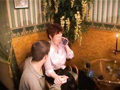 Зрелищная групповая оргия одинокой дамочки и целой толпы русских мальчиков в кафе