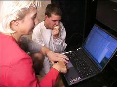Совокупление одинокой русской бабы и двух голодных программистов