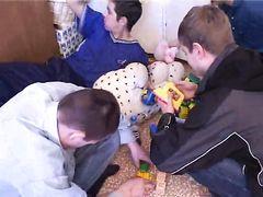 На добровольной основе старая соседка соглашается на порево с группой русских парней